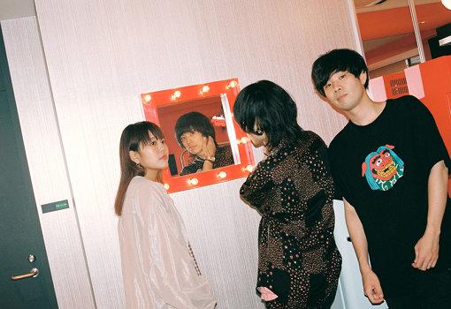 """Saucy Dog(さうしーどっぐ) / 左から:せとゆいか(Dr)、石原慎也(Vo,Gt)、秋澤和貴(Ba)<br>2013年西日本各地出身のメンバーが大阪で結成した、3ピースギターロックバンド。メンバーチェンジを経て2016年度MASH A&RのオーディションでGP受賞。代表曲""""いつか""""のMVは再生回数2400万回を突破。Vo石原の「言葉・メロディ・声」の3要素が最大の魅力。2020年9月2日4th mini Album『テイクミー』発売決定。"""