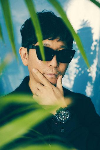 """☆Taku Takahashi(たく たかはし)<br>DJ、プロデューサー。1998年にm-floを結成。ソロとしても国内外アーティストのプロデュースやRemix制作を行う。""""Incoming... TAKU Remix""""で「beatport」の『beatport MUSIC AWARDS 2011 TOP TRACKS』を日本人として初めて獲得し、その実力を証明した。アニメドラマ・映画、ゲームなど様々な分野でサウンドトラックも監修。また、LOUDの『DJ50/50』ランキング国内の部で3年連続1位を獲得するなど、日本を牽引する存在としてTOP DJの仲間入りを果たした。自ら立ち上げた日本初のダンスミュージック専門インターネットラジオ&ポップカルチャーメディア「block.fm」は新たな音楽ムーブメントの起点となっている。"""