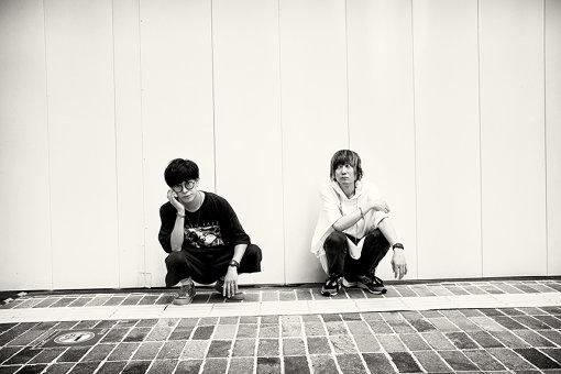 BLUE ENCOUNT(ぶるー えんかうんと)<br>左から:田邊駿一、江口雄也<br>田邊駿一(Vo,Gt)、辻村勇太(Ba)、高村佳秀(Dr)、江口雄也(Gt)よる4ピースロックバンド。2004年に活動開始。2014年9月にEP『TIMELESS ROOKIE』でメジャーデビュー。2015年7月に1stフルアルバム『≒』(ニアリーイコール)をリリースし、2016年10月には日本武道館公演を開催。2017年1月には2ndフルアルバム『THE END』を、2018年3月に3rdフルアルバム『VECTOR』をリリース。最新シングルは、2020年9月2日リリースの『ユメミグサ』。2021年の4月18日には初の横浜アリーナ公演も決定している。