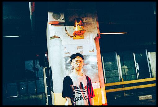 服部峻(はっとり たかし)<br>大阪在住の音楽家。映像作品も手がける。映画美学校音楽美学講座の第一期生。当時まだ15歳だったにもかかわらず特別に入学を許可される。2013年12月、6曲入りの初作品集『UNBORN』を円盤レコードより発表。2015年11月、フルアルバム『MOON』をnobleよりリリース。