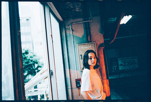 Licaxxx(りかっくす)<br>東京を拠点に活動するDJ、ビートメイカー。2016年に出演したBOILER ROOM TOKYOのYoutube再生回数が約50万回再生を記録。DJとして国内外のビッグフェスやクラブに出演する他、世界各国のラジオにDJMIXを提供しメゾンブランドのコレクションやCM等、幅広い分野への楽曲提供を行う。世界中のDJとの交流の場を目指しているビデオストリームラジオ「Tokyo Community Radio」の主宰。