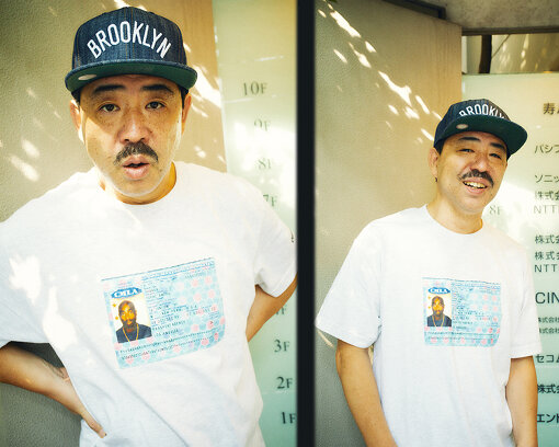 Kダブシャイン(けーだぶしゃいん)<br>1968年5月8日生まれ、東京都渋谷区出身。渋谷区立神南小学校、渋谷区立松濤中学校を卒業。17歳でアメリカに留学し、以降約8年間を断続的にアメリカで過ごす。1993年にZEEBRA、DJ OASISとともにキングギドラ(現KGDR)を結成、リーダーを務める。1995年にアルバム『空からの力』でデビュー。社会性の強いメッセージと日本語での押韻を完成させた作品として、ヒップホップシーンに多大な影響を与える。その後もソロやRadio Aktive Projeqtで活動するほか、豊富な知識を活かしてコメンテーターとしても数々のメディアに出演。著書に自身と渋谷の歴史を綴った『渋谷のドン』がある。