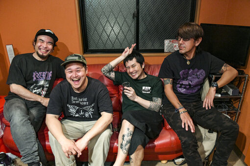 Ken Yokoyamaアーティスト写真(左から:Hidenori Minami、Ekkun、Ken Yokoyama、Jun Gray)