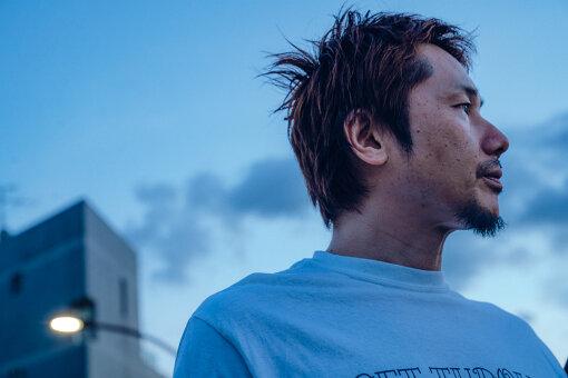 横山健(よこやま けん)<br>1969年東京出身。1991年にHi-STANDARDを結成、ギタリストとして活躍。1999年にレーベル「PIZZA OF DEATH RECORDS」を設立、社長を務める。Hi-STANDARD活動休止後の2004年にはアルバム『The Cost Of My Freedom』でKen Yokoyamaとしてバンド活動を開始。その後、通称・Ken Bandを率いてライブを行う。また自身の主宰するレーベル「PIZZA OF DEATH RECORDS」でも精力的に活動し、これまでWANIMA、HAWAIIAN6、DRADNATS、GARLICBOYS、MEANING、SLANG、SAND、SNUFF等の国内外のバンドを輩出してきており音楽シーンにおいて常に第一線で活躍している。