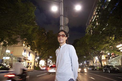 小宮山雄飛(こみやま ゆうひ)<br>1973年8月14日生まれ、東京都渋谷区出身。ホフディランのボーカル&キーボーディストとして、1996年にシングル『スマイル』でデビュー。ザ・ユウヒーズ、BANK$名義でも作品を発表する。豊富な知識を活かして各種媒体への出演や寄稿などでも活躍し、カレーのレシピ本を出版するなど食に対する造詣も深い。2015年より渋谷区観光大使兼クリエイティブアンバサダーも務める。