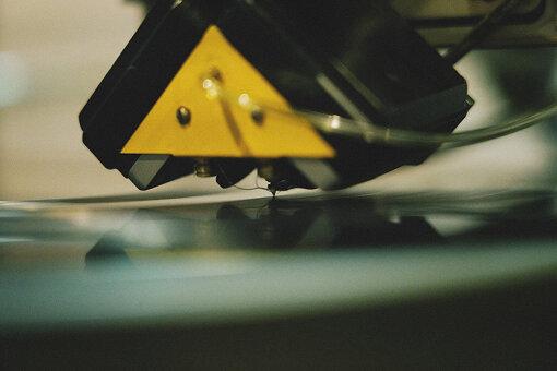 振動をあてて溝を掘るので、削る作業中も楽曲の音が聞こえる。削りカスは、ホースによって吸い上げられる。