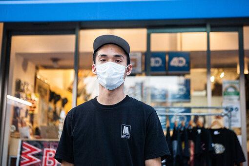 清川正敏(きよかわ まさとし)<br>1980年に創業し、1993年に現在の宇田川町に移転。現在はヒップホップ、R&Bやそのルーツミュージックを中心に取り扱うレコード店「マンハッタンレコード」のストアマネージャー。