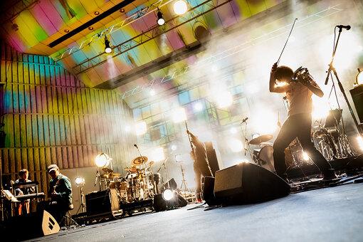 ROVO(ろぼ)<br>「何か宇宙っぽい、でっかい音楽をやろう」と、勝井祐二と山本精一を中心に結成。バンドサウンドによるダンスミュージックシーンの先駆者として、シーンを牽引してきた。国内外で幅広い音楽ファンから絶大な信頼と熱狂的な人気を集める、唯一無二のダンスミュージックバンド。2020年9月9日、12枚作目となる新作『ROVO』をリリースした。