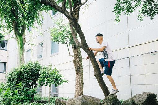 メインカット撮影のため、自ら木に登ろうとする坂口恭平