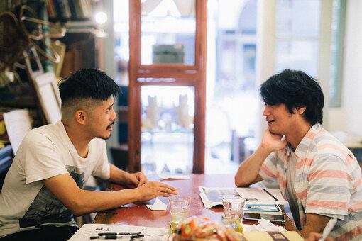 左から:坂口恭平、九龍ジョー。パステル画の展覧会『Pastel』会場のオルタナティブスペースTETOKAにて