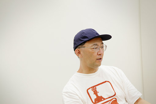 佐々木敦(ささき あつし)<br>文筆家。1964年、愛知県名古屋市生まれ。ミニシアター勤務を経て、映画・音楽関連媒体への寄稿を開始。1995年、「HEADZ」を立ち上げ、CDリリース、音楽家招聘、コンサート、イベントなどの企画制作、雑誌刊行を手掛ける一方、映画、音楽、文芸、演劇、アート他、諸ジャンルを貫通する批評活動を行う。2001年以降、慶應義塾大学、武蔵野美術大学、東京藝術大学などの非常勤講師を務め、早稲田大学文学学術院客員教授やゲンロン「批評再生塾」主任講師などを歴任。2020年、小説『半睡』を発表。同年、文学ムック『ことばと』編集長に就任。批評関連著作は、『この映画を視ているのは誰か?』(作品社、2019)、『私は小説である』(幻戯書房、2019)、『アートートロジー:「芸術」の同語反復』(フィルムアート社、2019)、『小さな演劇の大きさについて』(Pヴァイン ele-king books、2020)、『これは小説ではない』(新潮社、2020)他多数。
