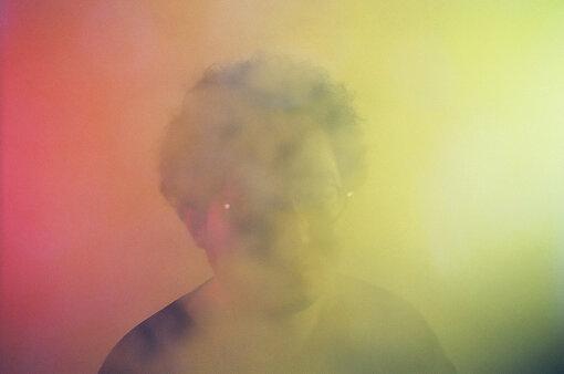 Serph(さーふ)<br>東京在住の男性によるソロ・プロジェクト。2009年7月にピアノと作曲をはじめてわずか3年で完成させたアルバム『accidental tourist』を発表。以降、コンスタントに作品をリリースしている。自身の作品以外にも、他アーティストのリミックスやトラックメイキング、CMやWEB広告の音楽、連続ドラマの劇伴、プラネタリウム作品等の音楽なども手がける。2020年9月16日、ディズニー公式カバーアルバム『Disney Glitter Melodies』をリリース。