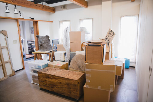 スタジオ内には『shiseido art egg』で展示する搬入前の作品が並んでいる