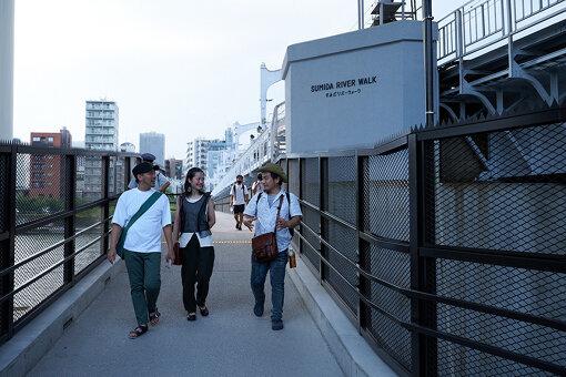 東京スカイツリーと浅草を最短で繋ぐ、連絡歩道橋「すみだリバーウォーク」を渡る