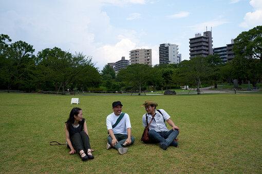浅草から「すみだリバーウォーク」を渡った一行はリニューアルオープンした隅田公園にて一休み