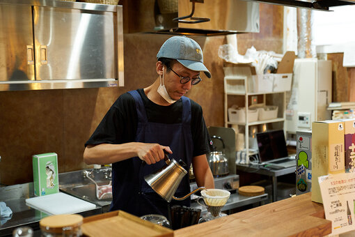 喫茶野ざらしの共同ディレクター、アーティストとして活動する中島晴矢