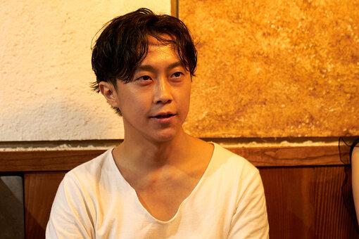 喫茶野ざらしの共同ディレクター、インディペンデントキュレーターとして活動する、青木彬