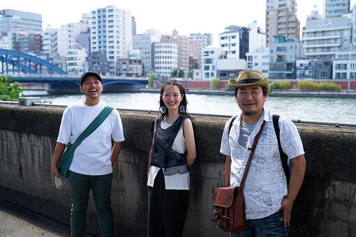 左から:EAT&ART TARO、野木青依、北條元康(ポスト工務店BUGHAUS)。浅草駅近くの隅田川に架かる駒形橋を背景に