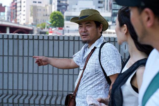 北條元康(ほうじょう もとやす)<br>東京都墨田区向島で工務店を経営。幼少の頃より職人に囲まれて育ち、モノ作りが好きになり、自身も大工として施工を熟す。2001年頃より、向島で活動するアーティストと協働し、各地でもサポートを続ける。2011年次世代の工務店のあり方を模索する為に、ポスト工務店BUGHAUSを立ち上げる。