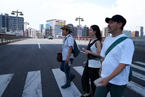 隅田川にかかる吾妻橋を過ぎる