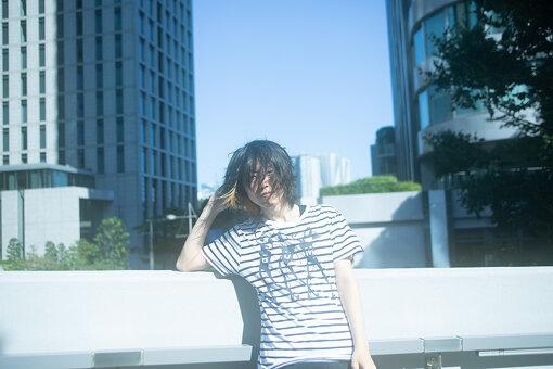 トップハムハット狂(とっぷはむはっときょう)<br>1988年12月24日生まれ、宮城県仙台市出身。現在は東京を拠点に活動するMC、トラックメーカー。ソロとしてインターネットを中心に活動後、FAKE TYPE.、RainyBlueBell、魂音泉などのユニットでも活躍。2018年のアルバム『BLUE NOTE』から再びソロでの活動を中心に行ない、以降3枚のEPを発表。2020年9月2日に最新EP『Jewelry Fish』をリリースした。