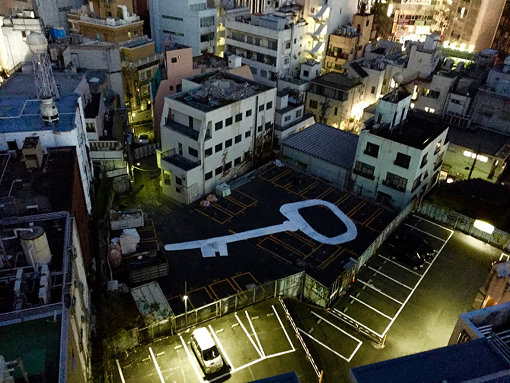 EVERDAY HOLIDAY SQUAD『WHITE KEY』 / 匿名のアーティスト達が集まり、渋谷など、再開発で取り壊される場所でゲリラで作品を制作している。後にこの場所からは遺跡が発掘された