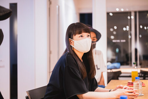 Ayako Taniguchi(あやこ たにぐち)<br>3歳よりピアノ、6歳より作曲を習い始める。滋賀県立石山高等学校音楽科ピアノ専攻を経て、相愛大学音楽学部器楽学科創作演奏専攻卒業。現在、クラシックの演奏家への作・編曲、WEBや映像作品、インスタレーション等の楽曲制作を中心に活動。作品では和声や対位法を基礎とするクラシカルな手法と、ミニマル的多重ピアノなどの機械的要素を併せた、独自の世界観を作り出す。