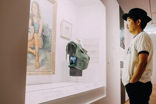 1975年、ジョンは息子ショーンの誕生を機に主夫として生活、1980年まで音楽活動を離れる。『DOUBLE FANTASY – John & Yoko』には、その際に使用していた抱っこ紐の実物も展示されている