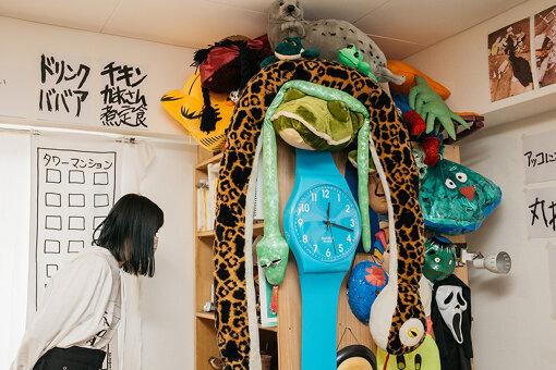 大きな腕時計や人形などが並ぶ一角