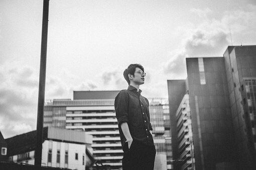 川崎鷹也(かわさき たかや)<br>1995年、栃木県生まれ。2018年、アルバム『I believe in you』をリリース。一度聴いたら忘れられないハスキーな歌声と美しいビブラート、癖になるメロディーラインが魅力。2020年10月1日に新EP『Magic』をリリースし、11月6日にはTSUTAYA O-EASTにてワンマンライブを開催する。