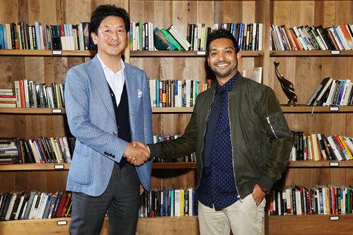 パートナーシップ締結に際して、握手を交わすアジズ・ハサン(Kickstarter CEO)と野間省伸(講談社社長)