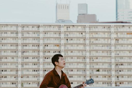 リ・ファンデ / 撮影:金本凜太朗<br>2015年11月3日にROSE RECORDSからLee&Small Mountainsとして『Teleport City』を7inch+CDフォーマットにてリリース。2017年1月20日、デビューフルアルバム『カーテン・ナイツ』を発売。2019年夏からはリ・ファンデ名義で活動をスタート。2020年10月ソロとしてファーストアルバム『HIRAMEKI』をリリース。
