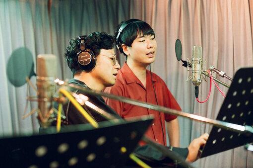 """左から:奇妙礼太郎、リ・ファンデ。""""Whisper""""のレコーディングより / 撮影:Daisuke Murakami"""