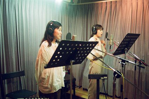 左から:Sachiko、Tomoko。『HIRAMEKI』のレコーディングより / 撮影:Daisuke Murakami