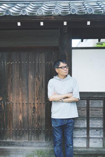 いとうせいこう<br>俳優、小説家、ラッパー、タレントとさまざまな顔を持つクリエーター。雑誌『ホットドッグ・プレス』の編集者を経て、1980年代にはラッパーとして藤原ヒロシらとともに最初期の日本語ヒップホップのシーンを牽引する。その後は小説『ノーライフキング』で小説家としてデビュー。執筆活動の一方で宮沢章夫やシティボーイズらと数多くの舞台・ライブをこなすなど、マルチな活躍を見せている。
