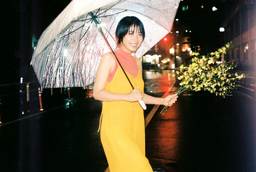 松本穂香(まつもと ほのか)<br>1997年2月5日生まれ。大阪府出身。2015年主演短編映画『MY NAME』でデビュー。その後、出演したNHK連続テレビ小説『ひよっこ』の青天目澄子役の好演が話題になる。日曜劇場『この世界の片隅に』(TBS)、『JOKER×FACE』(CX)などの連続ドラマの主演を務める。2019年には主演を務める映画『おいしい家族』『わたしは光をにぎっている』が公開。2020年はドラマ『病室で念仏を唱えないでください』(TBS)『竜の道 二つの顔の復讐者』(CX)に出演、映画『酔うと化け物になる父がつらい』、『君が世界のはじまり』で主演を務める他、主演映画『みをつくし料理帖』が10/16(金)公開予定。