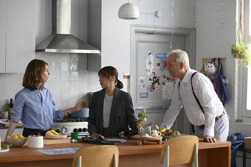 ラシダ・ジョーンズ(中央)とビル・マーレイ(右)に演出をするソフィア・コッポラ(左) / 『オン・ザ・ロック』 ©2020 SCIC Intl Photo Courtesy of Apple