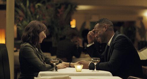 ローラ(ラシダ・ジョーンズ)と、夫ディーン(マーロン・ウェイアンズ)/ 『オン・ザ・ロック』 ©2020 SCIC Intl Photo Courtesy of Apple