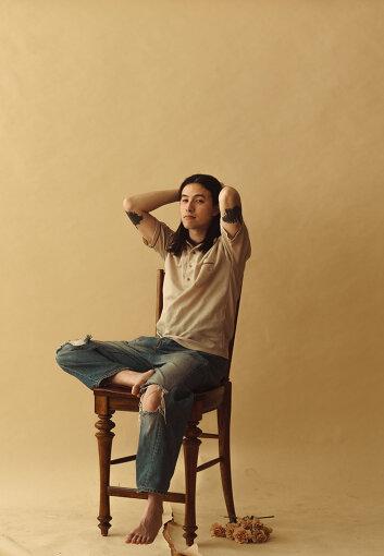 """Sen Morimoto(せん もりもと) Photo Credit: Dennis Elliott<br>京都生まれシカゴ在住のアーティスト。サックスを手にした事で始まったミュージシャン人生はピアノ / ドラム / ギター / ベースなど様々な楽器を演奏するマルチプレイヤーとして活躍。兄のYuya Morimotoと制作した""""Cannonball""""のPVを88risingのショーン・ミヤシロが気に入り88risingのYouTubeチャンネルからリリースされ話題となる。その後シカゴの友人でマルチ奏者NNAMDÏによるレーベルSooper Recordsよりアルバム『Cannonball!』をリリースしサマーソニック2018で圧巻のパフォーマンスを見せる。2019年には初のジャパン・ツアーを行いTempalayのAAAMYYYと競演する。2020年10月には2ndアルバム『Sen Morimoto』をリリース。"""