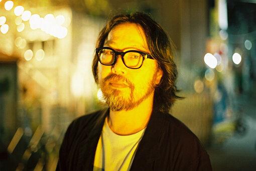 曽我部恵一(そかべ けいいち)<br>1971年8月26日生まれ。乙女座、AB型。香川県出身。1990年代初頭よりサニーデイ・サービスのボーカリスト / ギタリストとして活動を始める。2001年のクリスマス、NY同時多発テロに触発され制作されたシングル『ギター』でソロデビュー。2004年、自主レーベルROSE RECORDSを設立し、インディペンデント / DIYを基軸とした活動を開始する。以後、サニーデイ・サービス / ソロと並行し、形態にとらわれない表現を続ける。