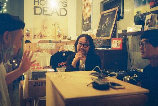 左から:大石始、曽我部恵一、田中亮太 / 取材は曽我部が運営する「PINK MOON RECORDS」で実施した