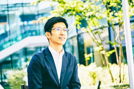 西村信哉(にしむら しんや)<br>1983年、福岡県生まれ。IT企業勤務を経て、移住した多摩市の市役所に2014年に転職。多摩市の将来都市像「みんなが笑顔 いのちにぎわうまち 多摩」の実現に向け、ICTの利活用推進や市制50周年、多摩ニュータウン再生検討会議、多摩市若者会議など市民参加の「まちづくり」の企画運営に従事。