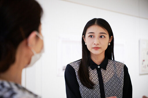 中村屋サロン美術館、学芸員の方に作品についての話を聞く