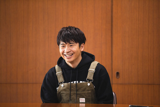 若林正恭(わかばやし まさやす)<br>1978年9月20日生まれ、東京都出身。同級生である春日俊彰とお笑いコンビ、オードリーを結成。その後、『激レアさんを連れてきた。』『スクール革命』『あちこちオードリー』など数多くのバラエティー番組に出演。彼らの主戦場であるニッポン放送『オードリーのオールナイトニッポン』が2019年に10周年を迎え、同年3月には日本武道館でライブを行った。著書に『社会人大学人見知り学部 卒業見込』『ナナメの夕暮れ』がある。2020年7月からnoteにて「若林正恭の無地note」を開設。月2本のペースで更新中。