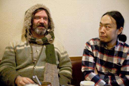 左から:ジム・オルーク、山本達久(2014年1月掲載記事:「死ぬまでにこんな仲間に出会えるか カフカ鼾インタビュー」より) / 撮影:三野新