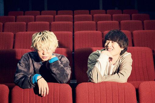 """左:秋山黄色(あきやま きいろ)<br>1996年3月11日生まれ。栃木県宇都宮市出身。中学生の頃、TVアニメ『けいおん!』に影響されベースを弾き始め、高校1年生の時に初のオリジナル曲を制作。その後、YouTubeやSoundCloudなど、ネット上で楽曲を発表するところから音楽キャリアをスタート。2020年11月13日、テレビ朝日系土曜ナイトドラマ『先生を消す方程式。』の主題歌となった新曲""""サーチライト""""をリリース。"""