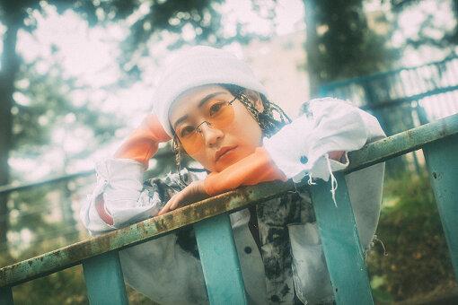 ASOBOiSM(あそぼいずむ)<br>1994年生まれ、横浜市戸塚区育ちのソングライター / シンガー / ラッパー。飾り気ないOLライフを遊び心あふれる歌&ラップで描いたガールシティポップで、2018年より怒涛の配信シングルを発表。なみちえやサイプレス上野らラッパーとのコラボも注目を集めたほか、『ねこねこ日本史』(NHK Eテレ)やアイドル・神宿などへのジャンルを超えた楽曲提供で作家としても高く評価されている。