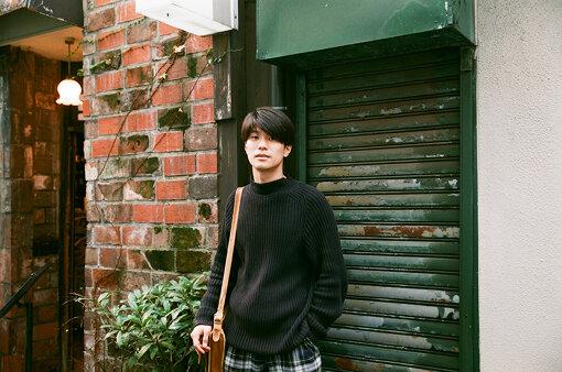 角舘健悟(かくだて けんご)<br>1991年生、東京出身。2013年にバンド、Yogee New Wavesを結成、ボーカルを担当。2014年4月にデビューe.p.『CLIMAX NIGHT e.p.』でデビュー。昨年、3rdアルバム『BLUEHARLEM』、12月に『to the MOON e.p,』をリリース。最新作は今年7月にシングル『White Lily Light』を発表。全国各地の野外フェスの出演やアジアを中心に海外公演を重ねる。バンド活動の傍ら、テレビ番組・TVCMのナレーションなど活動の場を拡げる。音楽、ファッションの両面で厚く支持されている。