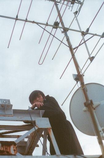 君島大空(きみしま おおぞら)<br>1995年生まれ、日本の音楽家。2014年から活動をはじめる。同年からSoundCloudに自身で作詞 / 作曲 / 編曲 / 演奏 / 歌唱をし、多重録音で制作した音源の公開をはじめる。2020年11月11日にEP『縫層』を発表。ギタリストとして、高井息吹、坂口喜咲、婦人倶楽部、吉澤嘉代子、adieu(上白石萌歌)などのアーティストのライブや録音に参加する一方、劇伴、楽曲提供など様々な分野で活動中。