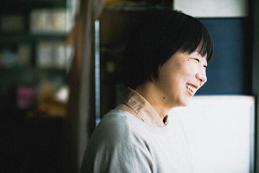 小森はるか(こもり はるか)<br>1989年静岡県生まれ。映像作家。映画美学校12期フィクション初等科修了。東京藝術大学美術学部先端芸術表現科卒業、同大学院修士課程修了。2011年に、ボランティアとして東北沿岸地域を訪れたことをきっかけに、画家で作家の瀬尾夏美と共にアートユニット「小森はるか+瀬尾夏美」での活動を開始。翌2012年、岩手県陸前高田市に拠点を移し、人々の語り、暮らし、風景の記録をテーマに制作を続ける。